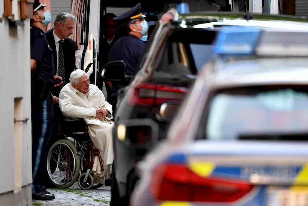 """Ratzinger, biografo rivela: """"Ha una grave infezione al volto"""""""