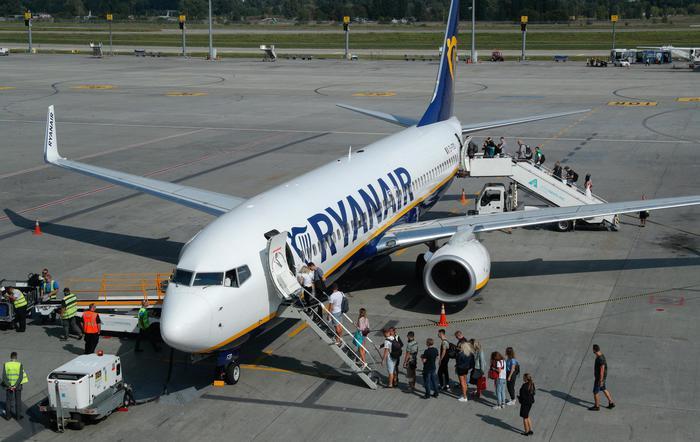 Volo Ryanair Vienna-Londra, oggetti sospetti nei bagni. Italiano arrestato per terrorismo