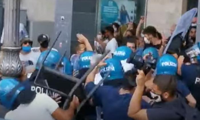 Salvini contestato a Cava de' Tirreni, volano sedie. Polizia carica VIDEO