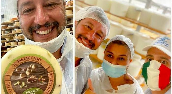 """Salvini al caseificio annusa la caciotta con mascherina abbassata. Boicottaggio al """"pecorino leghista"""""""