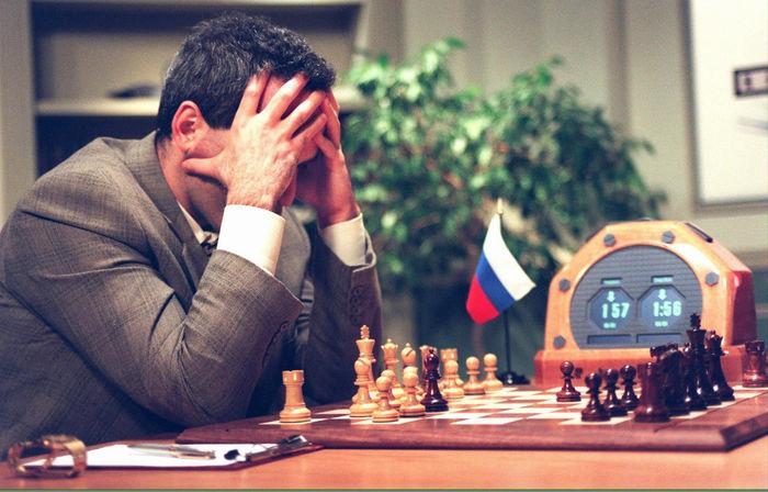 Le Chess Olympiad si tengono ogni due anni, dal 1927. Partecipano squadre di concorrenti provenienti da tutto il mondo. L'emergenza Covid-19 ha costretto gli organizzatori a trasferire la competizione online. L'edizione 2020 ha visto la partecipazione di squadre provenienti da 163 nazioni, ognuna composta da sei giocatori, tre dei quali donne e due dei quali al di sotto dei 20 anni di età.