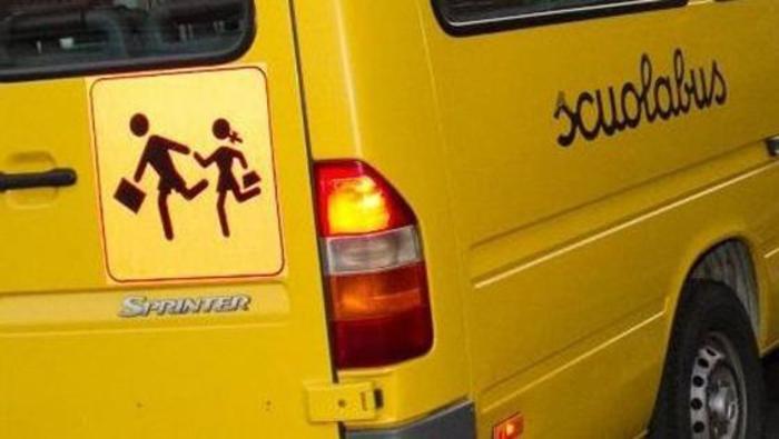 Dimenticato sullo scuolabus, bambino resta per 4 ore in un parcheggio