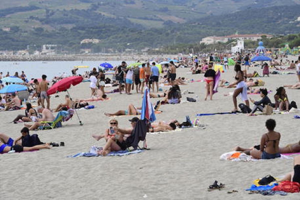 """Mamma chiede il distanziamento in spiaggia per il figlio malato, aggredita da 2 turiste: """"Il Covid non esiste"""""""