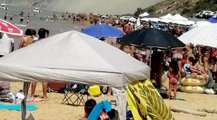 Palermo, filma tendopoli di Ferragosto in spiaggia: giornalista massacrata di botte