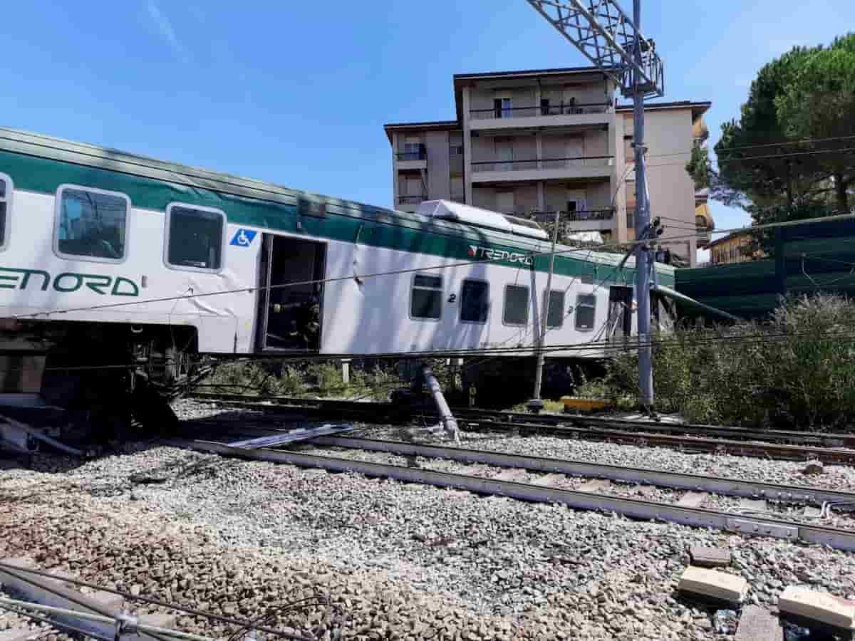 Treno deragliato a Carnate, sospesi il capotreno e il macchinista