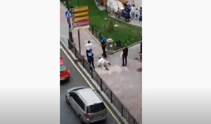 Sorpresi senza mascherina si fingono dei cani. Turisti senza senso in Spagna VIDEO