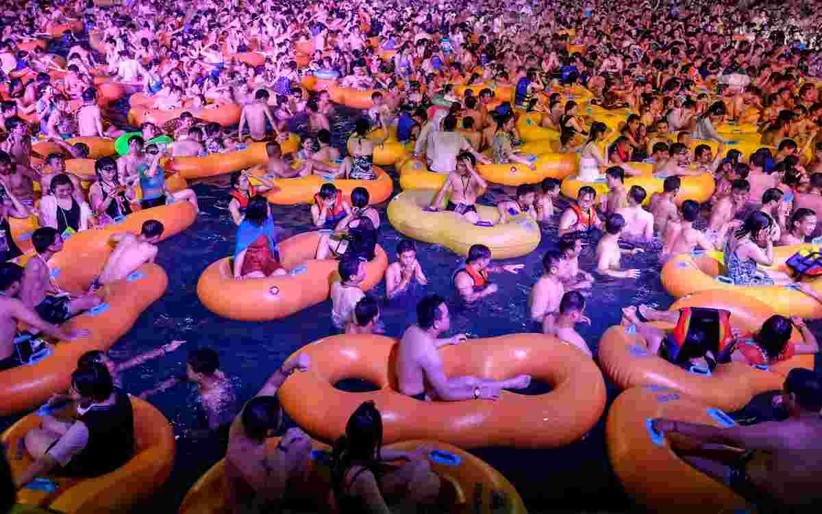 Wuhan, la festa in piscina spaventa: migliaia ammassati, senza mascherina