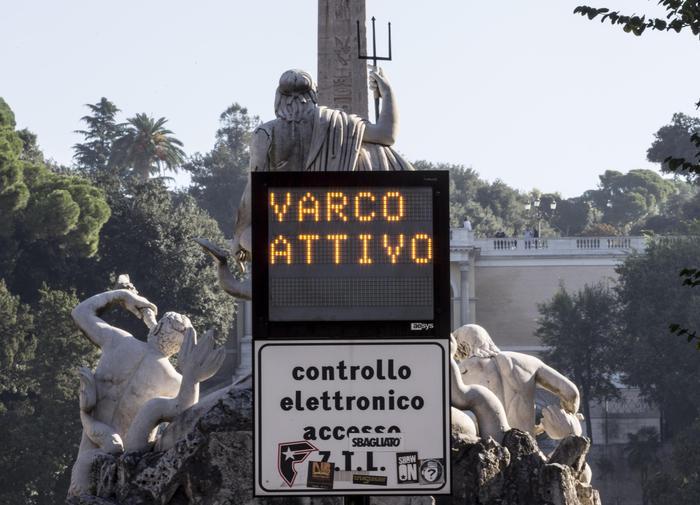 Ztl Roma riattivata, proprio ora con la scuola... Anche i commercianti sono furiosi
