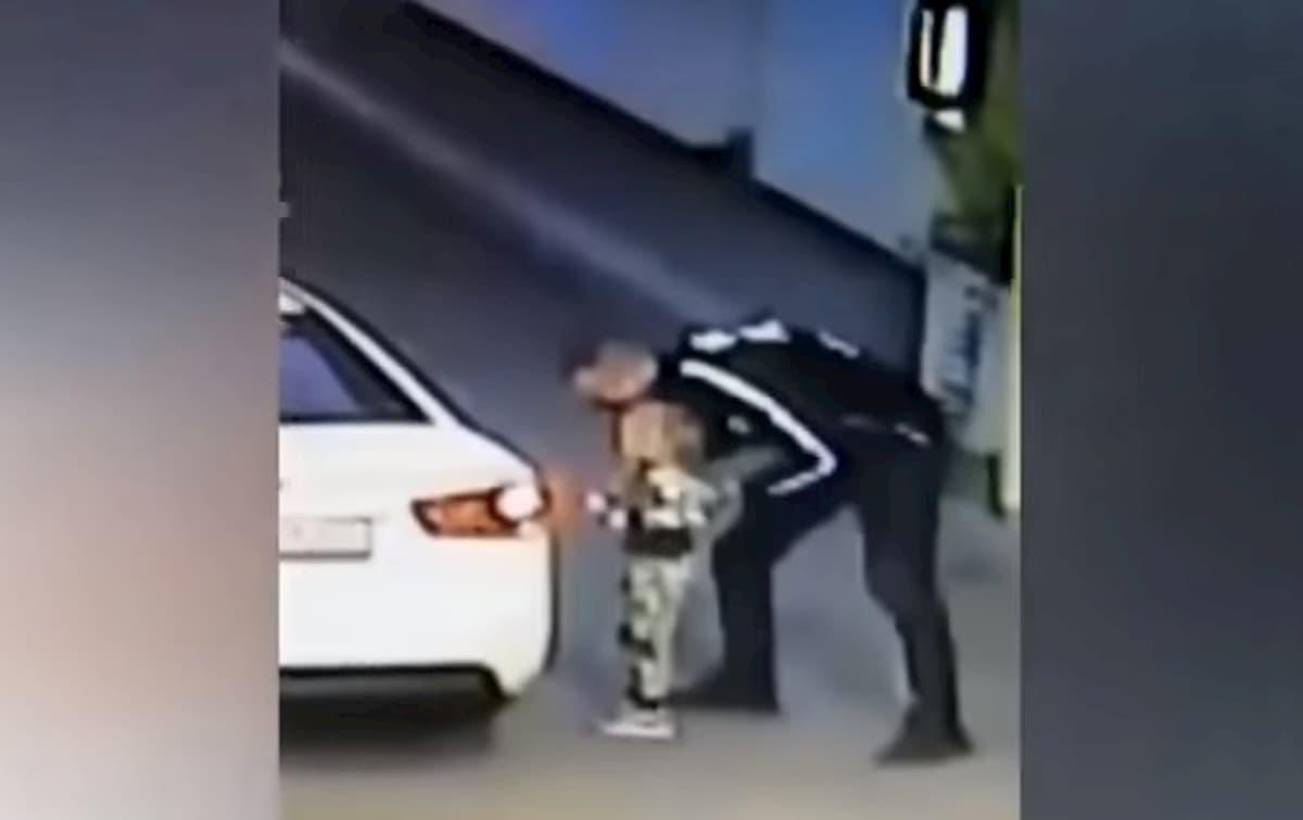 Bambina di 4 anni rapita in un benzinaio mentre la madre pagava