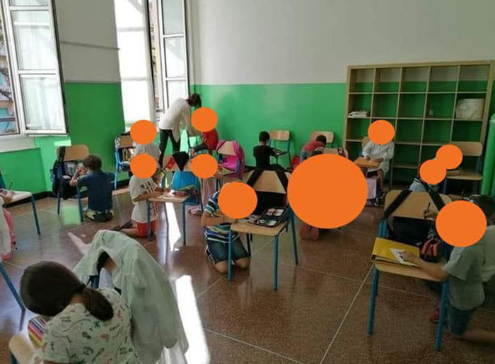 Genova, bambini in ginocchio a scuola
