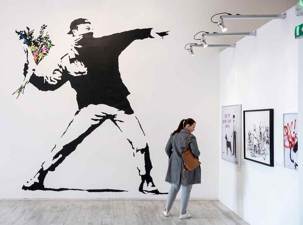 """Banksy perde il copyright sul Lanciatore di fiori. L'Ue: """"Niente diritti a chi è anonimo"""""""
