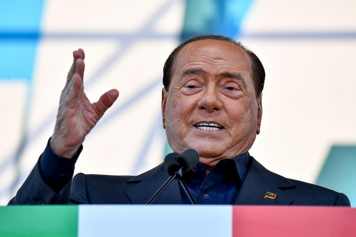 Berlusconi con polmonite bilaterale e carica virale alta. Dal party a Ferragosto alle visite di figli e Briatore...