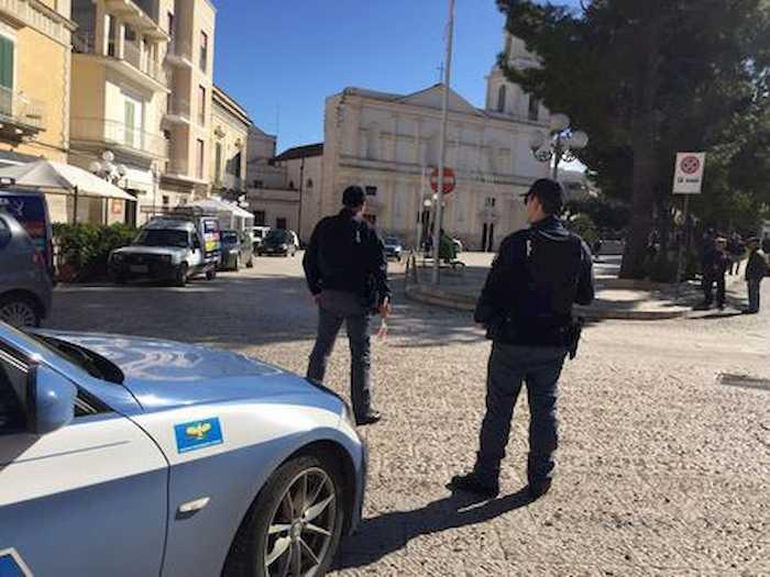 Canosa di Puglia, bomba nel parcheggio del commissariato: distrutta l'auto di un poliziotto