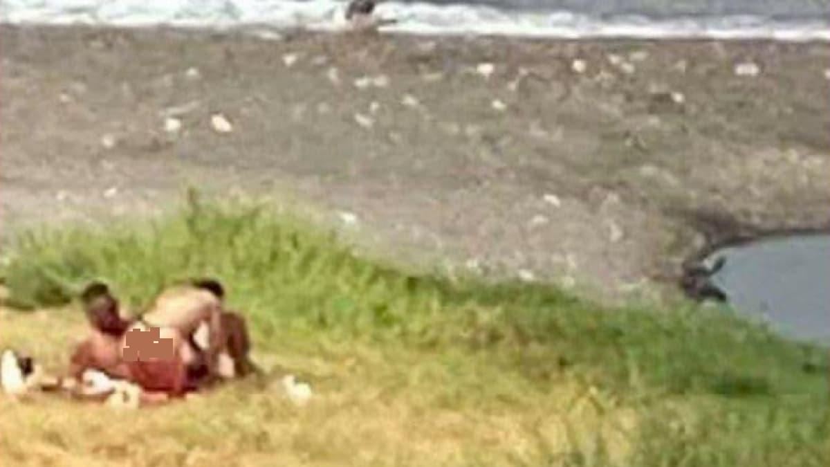 Castellammare di Stabia, rapporto orale in spiaggia in pieno giorno