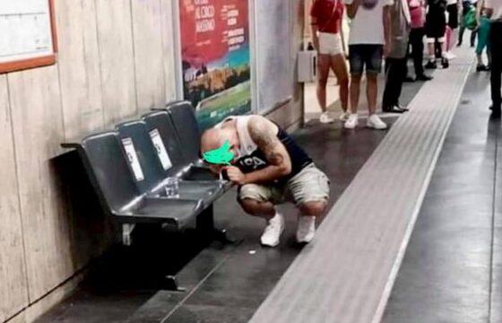Roma, passeggero sniffa cocaina sulla banchina della metro Anagnina. FOTO