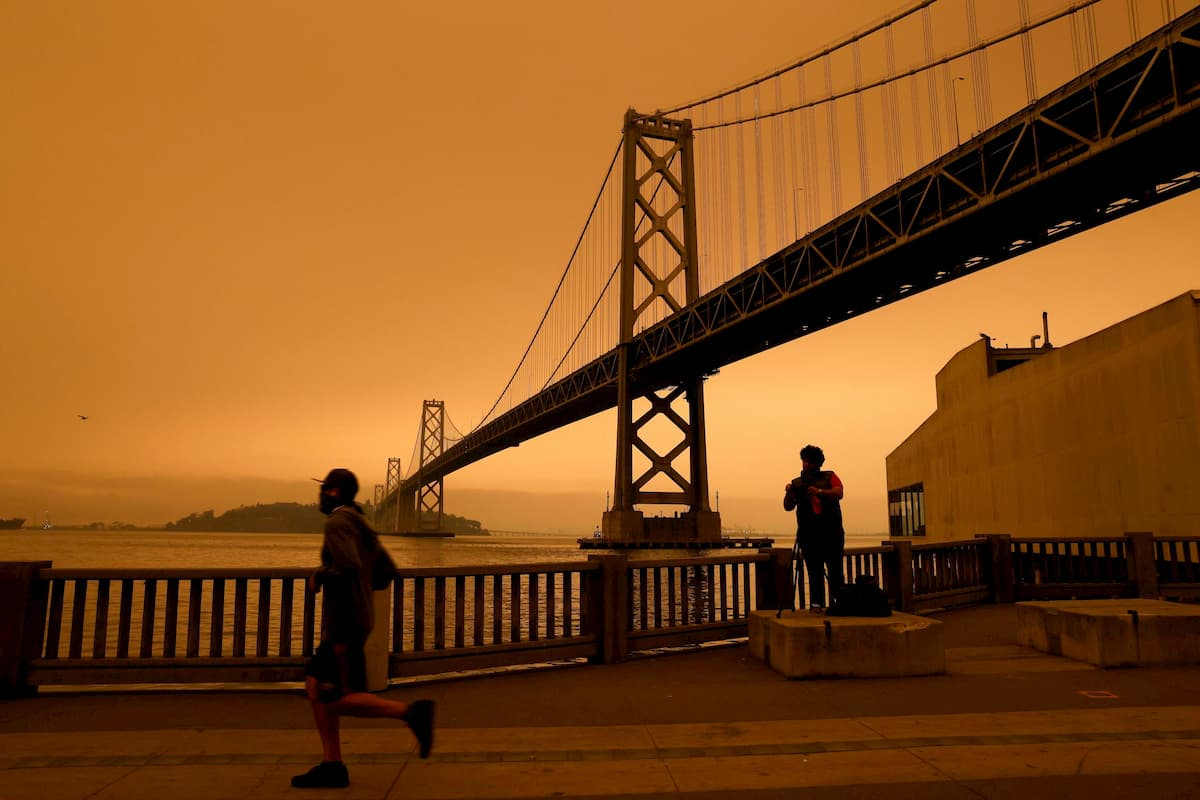 Incendi in California, a San Francisco il cielo diventa arancione: fumo e cenere bloccano la luce del sole