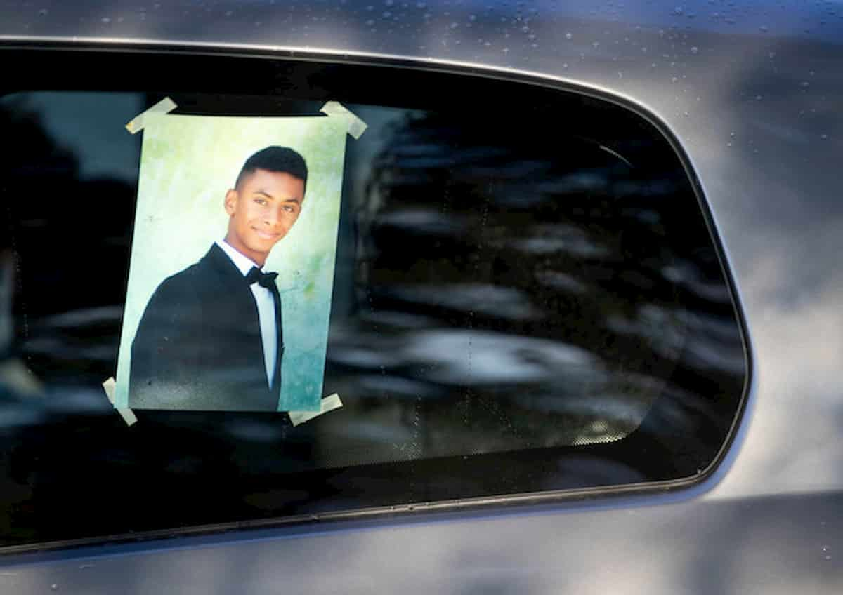 Funerale Willy a Paliano: tutti in bianco come vuole la famiglia. Anche Conte