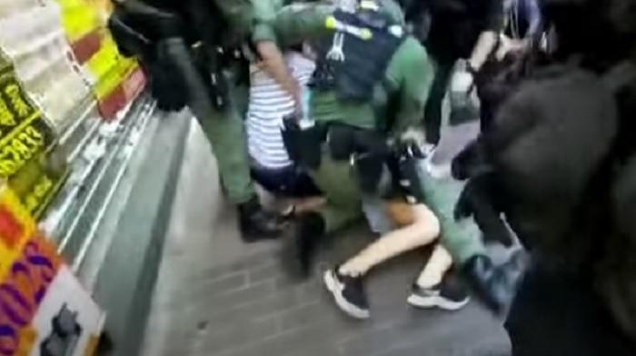 Hong Kong, ragazza di 12 anni scaraventata a terra dalla polizia e arrestata VIDEO