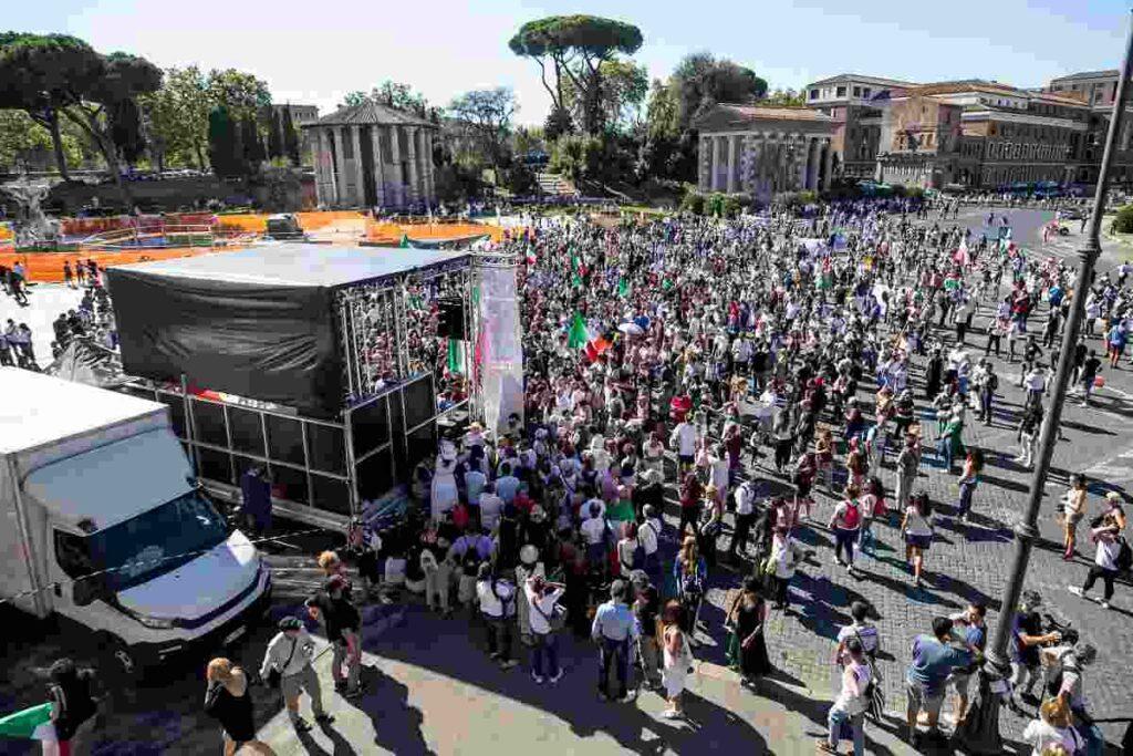Il raduno dei negazionisti a Roma