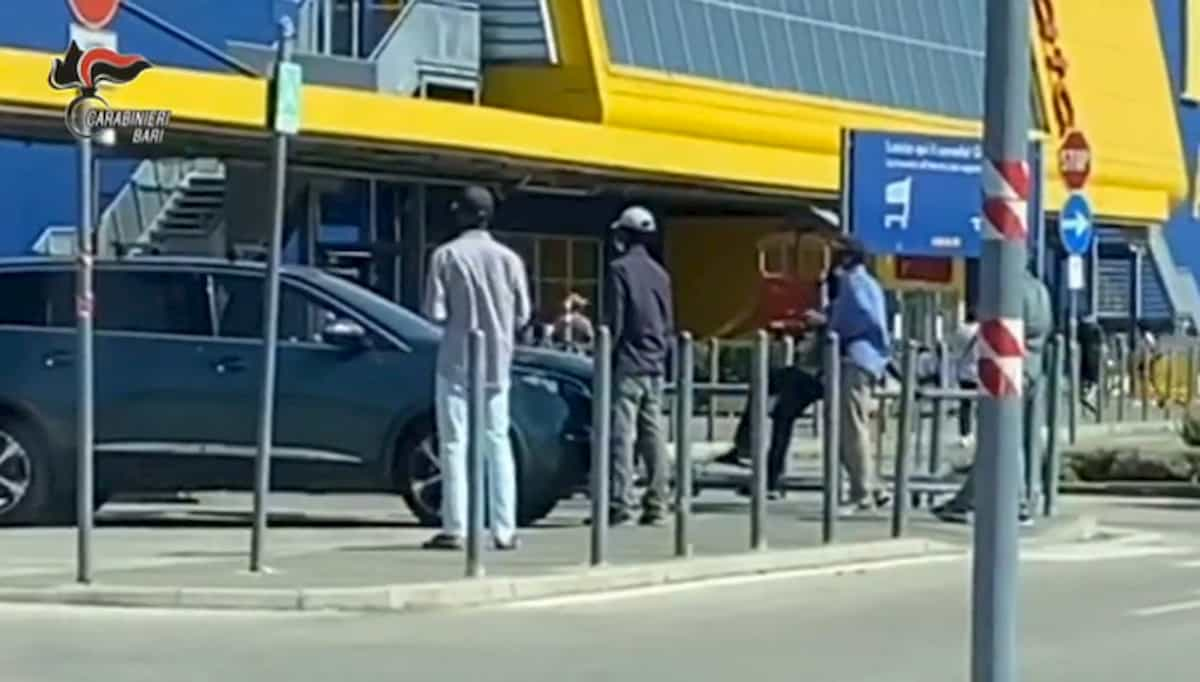 Bari, pizzo a chi aiutava i clienti dell'Ikea nel parcheggio
