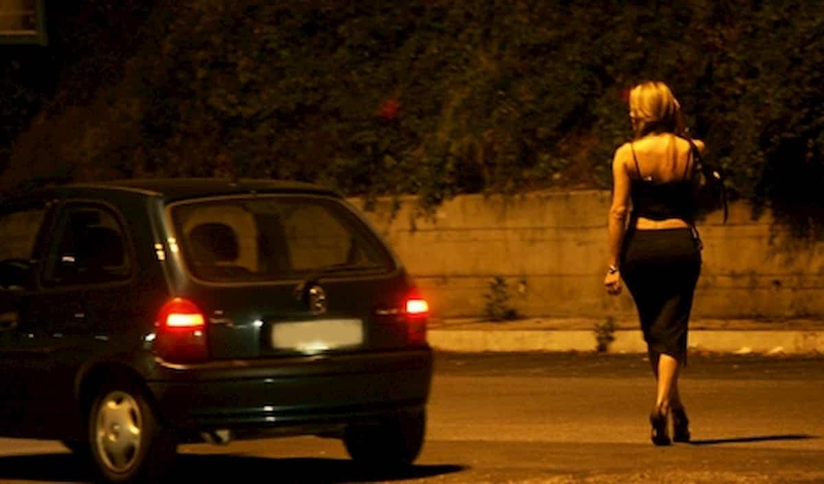 Bergamo, sorpreso con una prostituta dà generalità del fratello