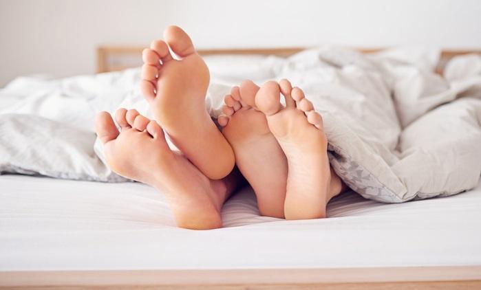 Donna sorprende il marito al letto con la suocera: madre e figlio rischiano 20 anni