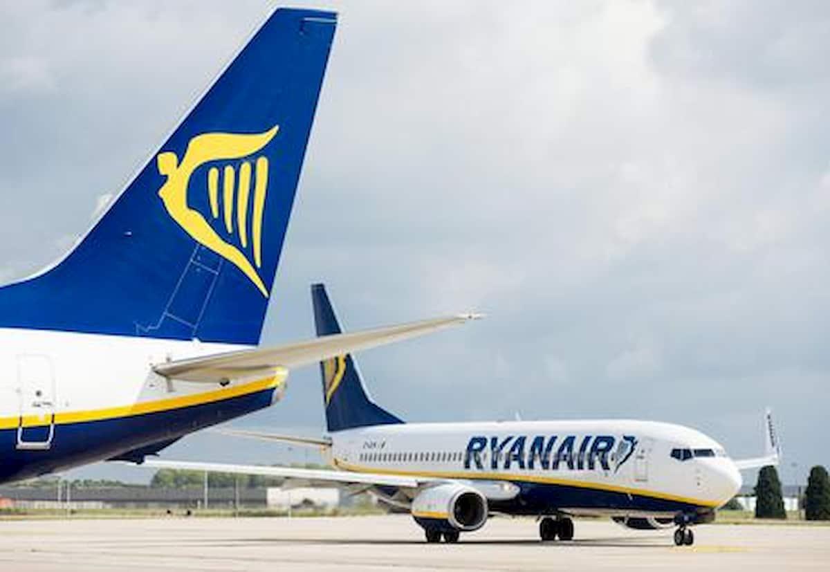 Morde e stacca orecchio ad un passeggero su volo Ryanair: