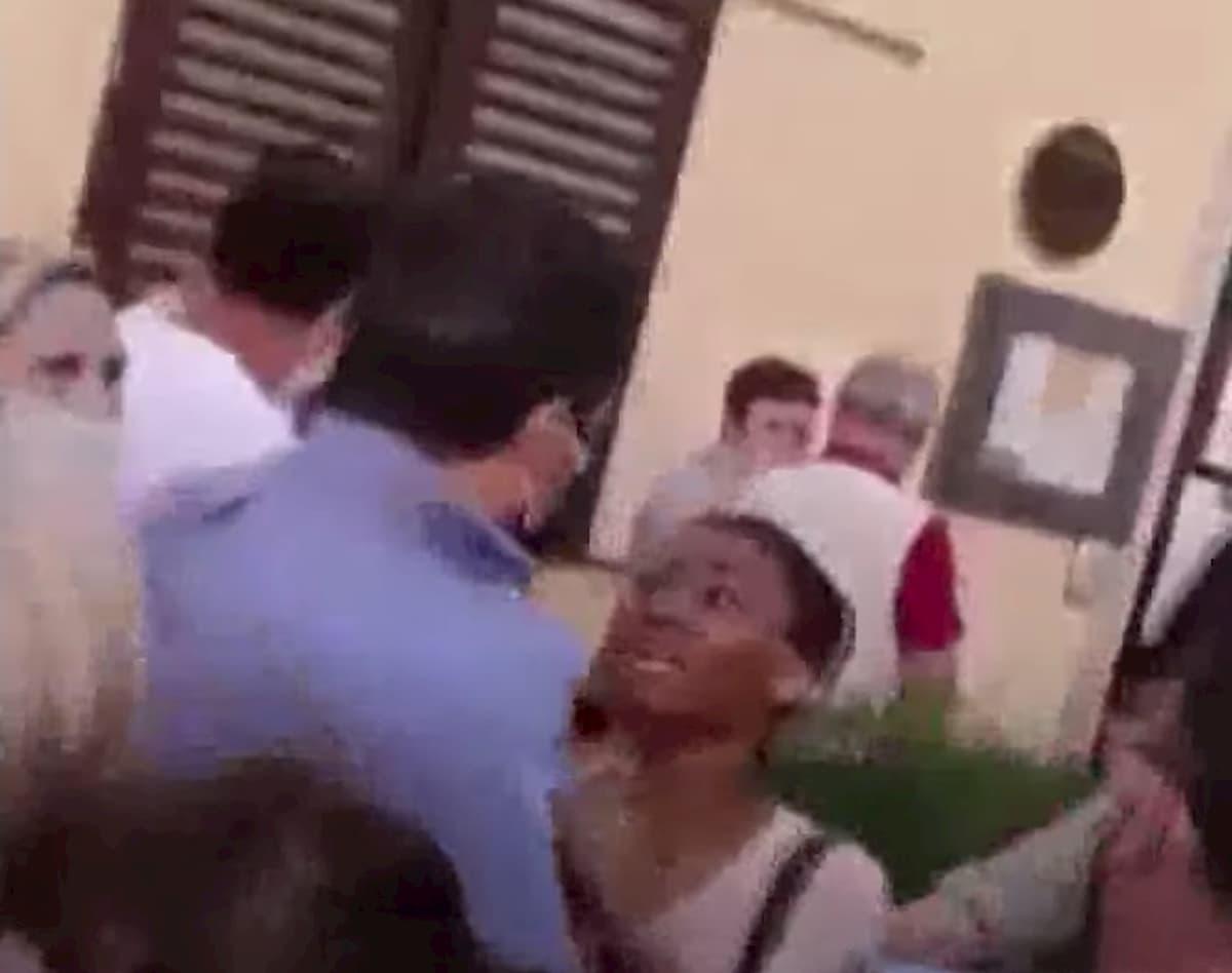 """Salvini e la fatwa della donna che gli strappa la camicia: """"Ti maledico"""" VIDEO"""