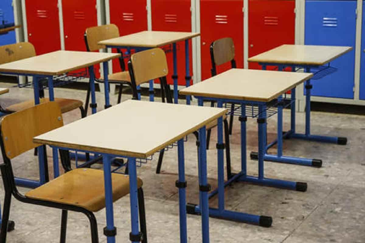 Massa, entrano in classe ma alunna è positiva. Dopo mezz'ora tutti in quarantena