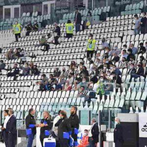 Stadi aperti Italia: no in piedi, striscioni, bandiere, abbracci...come in discoteca