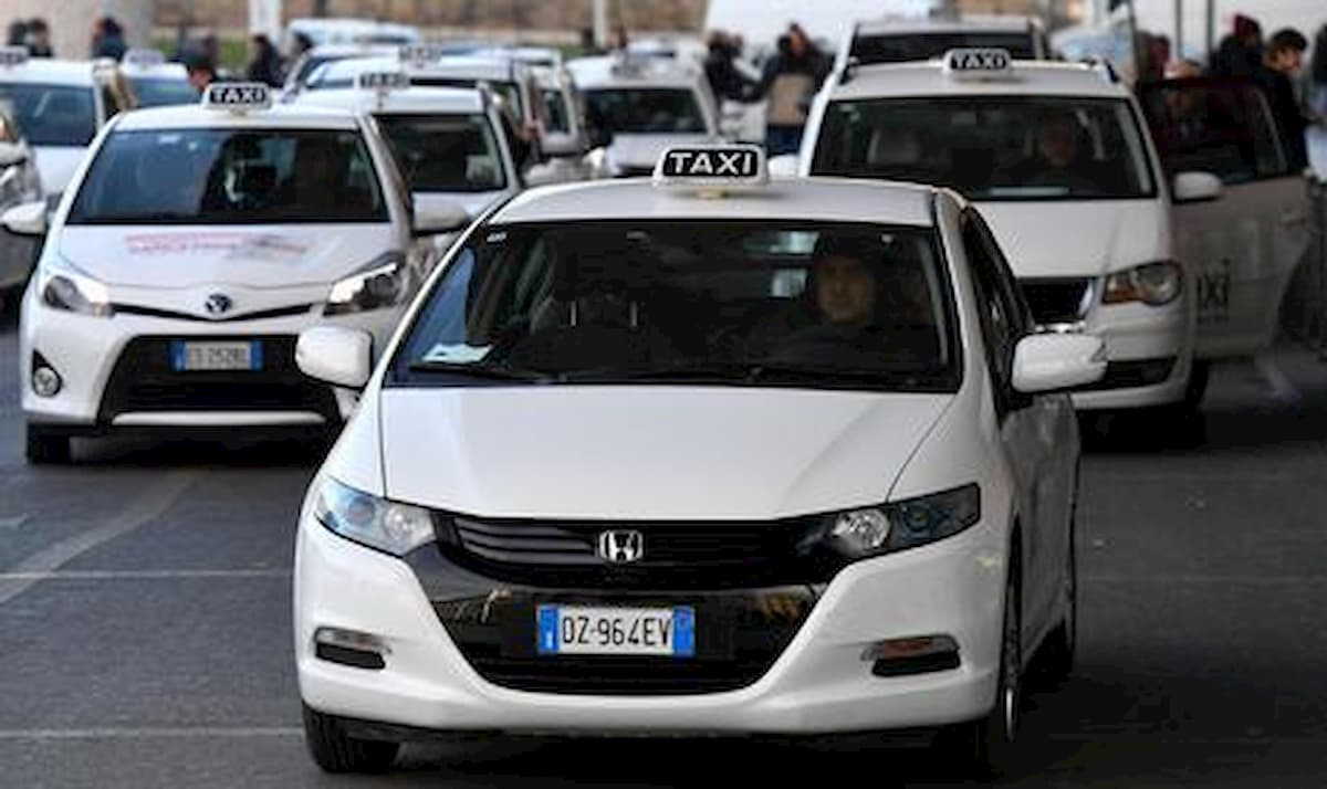 """Roma, tassista arrestato per violenza. Sms alla seconda vittima: """"Ieri notte è stato bello, ci rivediamo?"""""""