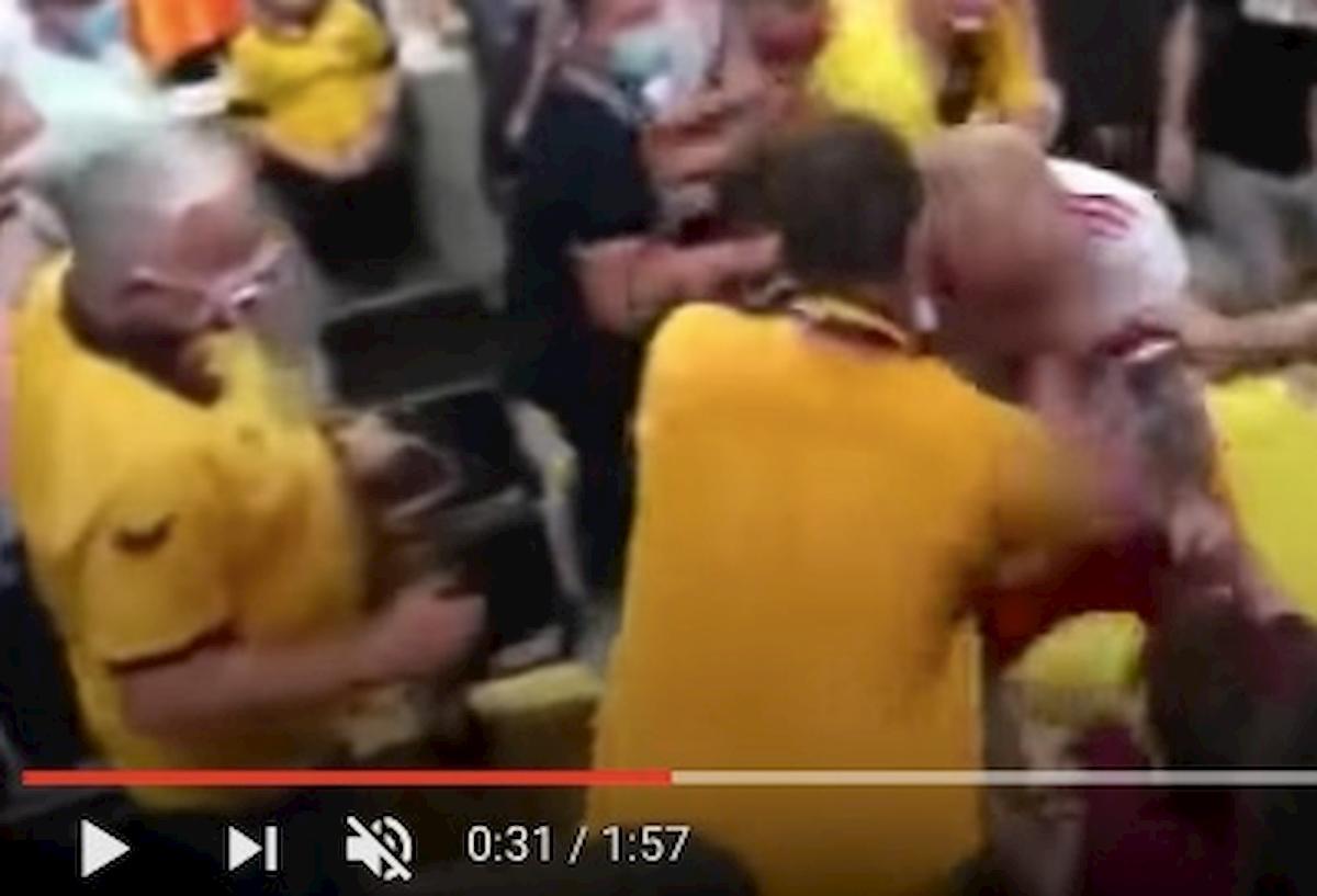 Toni Leistner interrompe intervista aggredire tifoso sugli spalti VIDEO