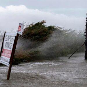 """Uragano Sally tocca terra negli Usa: raffiche fino a 165 km orari, rischio """"inondazioni catastrofiche"""""""