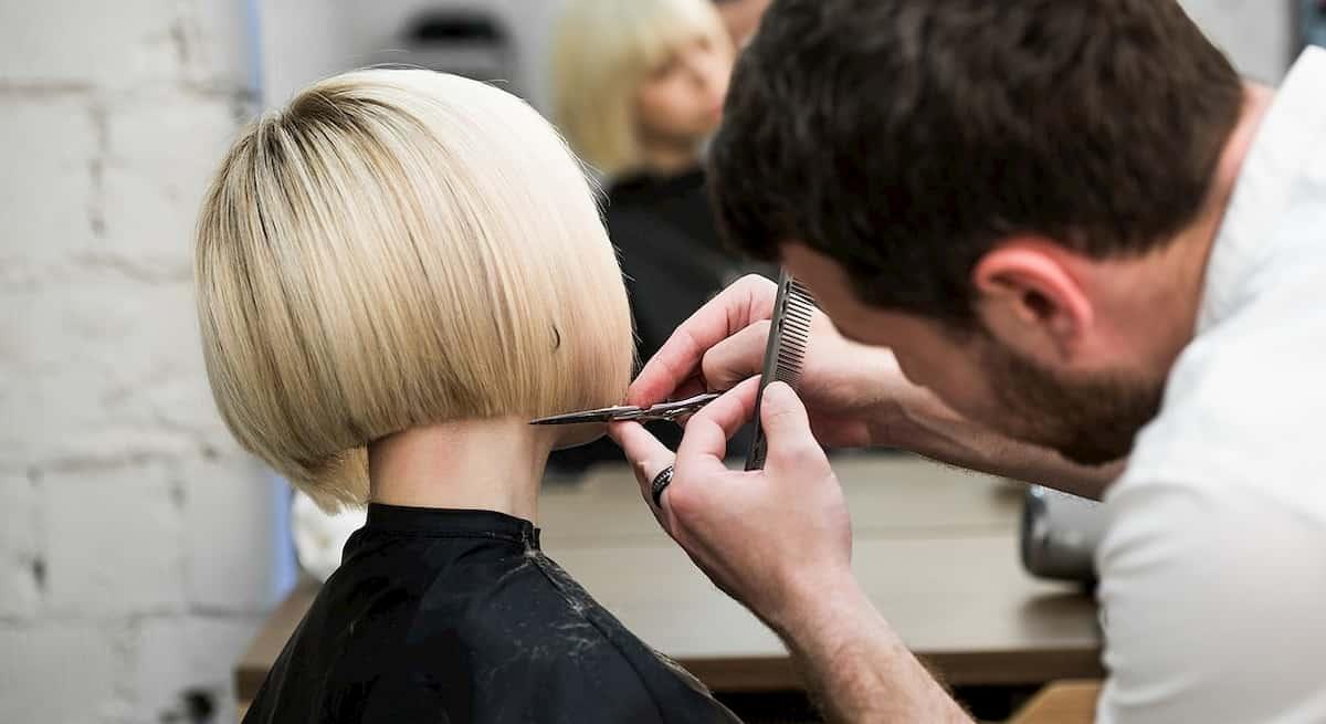 Dpcm: parrucchieri e barbieri aperti anche nelle zone rosse. Nella bozza erano tra chi chiude
