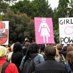 Polonia, vietato aborto per malformazioni del feto. Vincono i sovranisti al governo