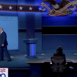 Melania Trump lascia la mano del marito anche all'ultimo dibattito prima delle elezioni