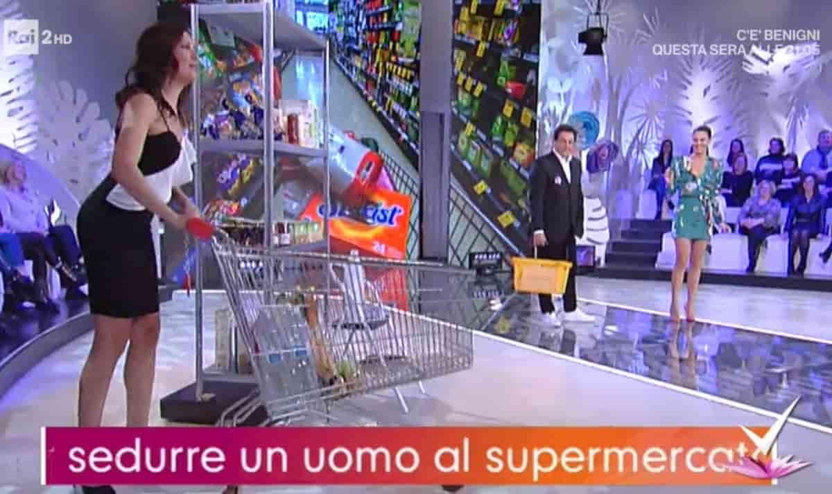 """Detto Fatto, nel 2017 con Caterina Balivo stessa scena: """"Seduzione al supermercato"""". Nessuno disse niente"""