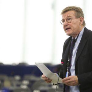 "Johan Van Overtveldt, eurodeputato belga al giornalista: ""Lui è gay..."""