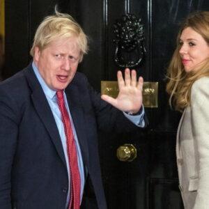 Caldaie a gas proibite in Gran Bretagna dal 2023. Svolta verde di Boris Jonson, nella foto con Carrie Symonds