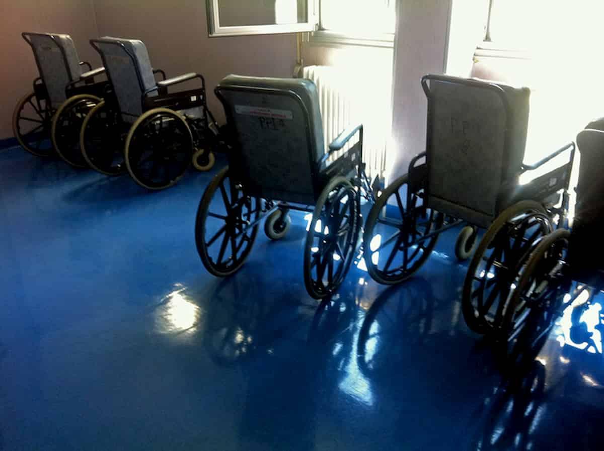 Vittoria, disabile cade dalla carrozzina: lo filmano mentre muore e mettono il video sui social