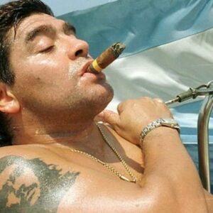 """Maradona, la calciatrice che non osserva il minuto di silenzio: """"Un violentatore"""""""""""