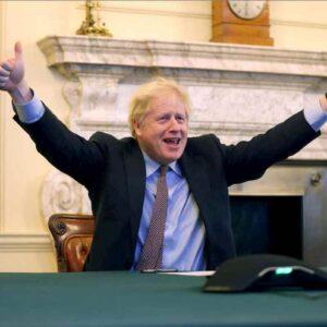 """Brexit, trovato l'accordo finale tra Ue e Regno Unito. Boris Johnson coi pollici alzati: """"Restiamo amici"""""""