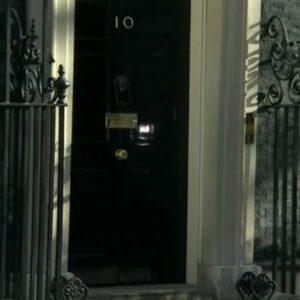 Mascherine e anti covid. Scandalo a Londra da 20 miliardi, appalti agli amici del Partito Conservatore