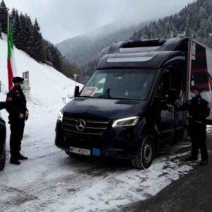 Vaccino anti Covid, furgone con le prime dosi è arrivato al Brennero: Carabinieri lo scortano allo Spallanzani