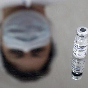 """Sputnik, il vaccino di Putin non immunizza """"se si beve alcol: Rinunciate per 2 mesi"""". Panico in Russia"""