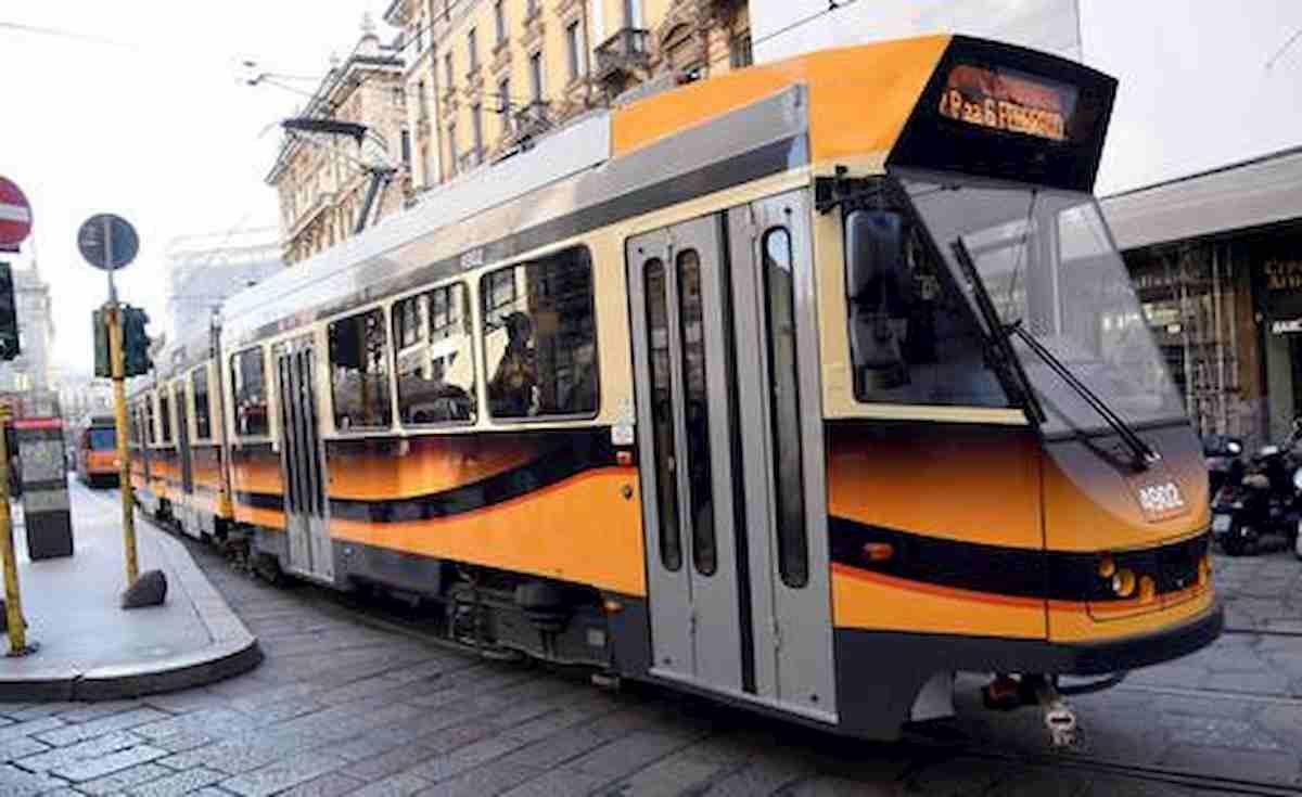 """Milano, tramviere """"sequestra"""" passeggeri e viaggia a folle velocità. Poi li minaccia: """"Vi ammazzo tutti"""""""