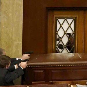 Fbi: pronte sommosse armate contro Biden. Nel Congresso talpe e guide per gli assalitori