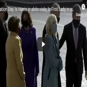 Kamala Harris, ovazione per la neo vice presidente al suo arrivo a Capitol Hill. Applaude anche Pence