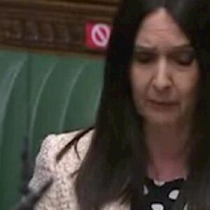 Margaret Ferrier arrestata, la deputata scozzese aveva viaggiato in treno positiva Covid
