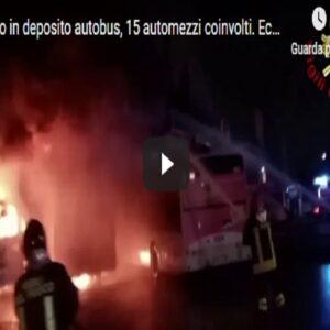 """Reggio Emilia, incendio in deposito bus in via del Chionso. M5s: """"Episodio inquietante"""" VIDEO"""
